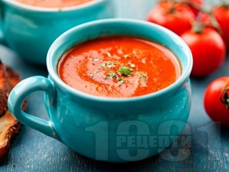 Студена доматена супа с червено вино, кисела краставичка и маслини - снимка на рецептата